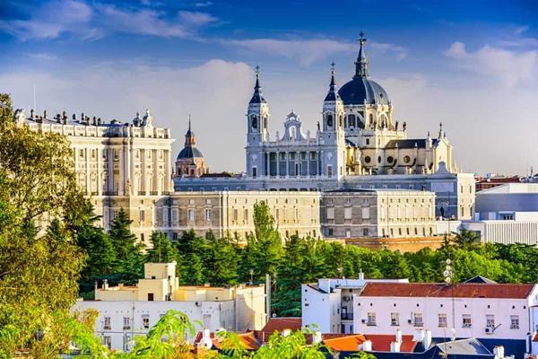 Madrid-Spain-skyline-at-Santa-Maria-la-Real-de-La-Almudena-Cathedral-and-the-Royal-Palace