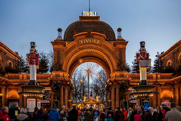 Tivoli-Tivolis-Hovedindgang-under-Jul-i-Tivoli