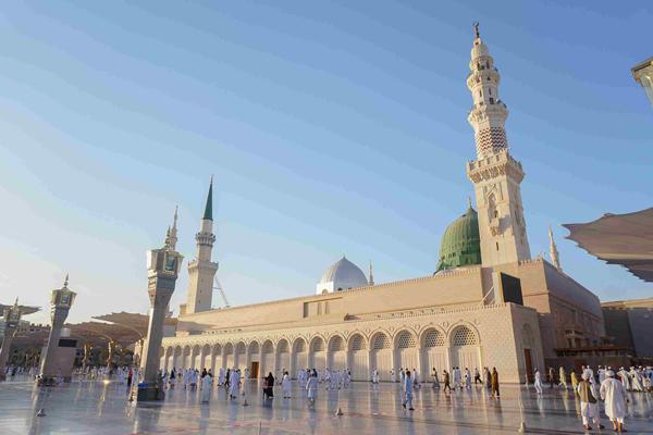 pilgrims-at-al-masjid-an-nabawi-against-sky